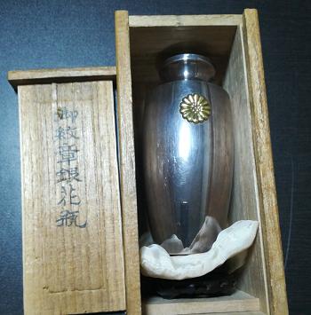 御紋章銀花瓶 純銀.png